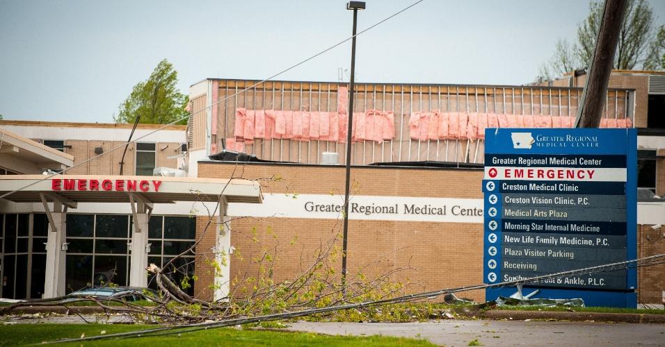 16.abr.2012 - Na foto, centro medico danificado em Creston, no Iowa, após passagem de tornado