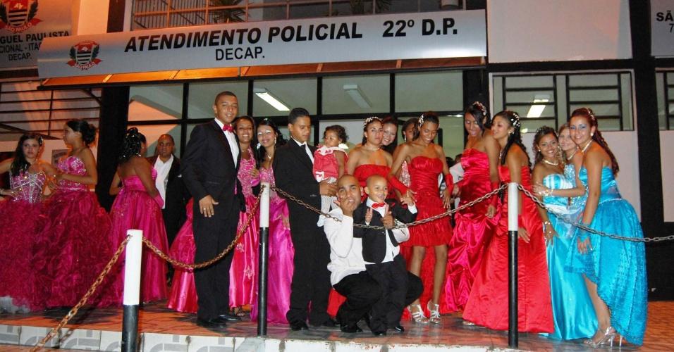 Na noite deste sábado ( 14), mais de 500 pessoas que participariam de um baile de formatura em Guarulhos, na Grande São Paulo, foram surpreendidas ao chegarem ao local onde a festa ocorreria. O local estava fechado e não havia nenhum representante da empresa organizadora do evento. O caso foi registrado na 22ª Delegacia Policial