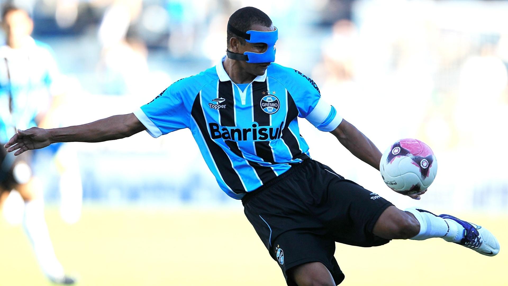 O capitão mascarado do Grêmio, Gilberto Silva tenta chute no primeiro tempo