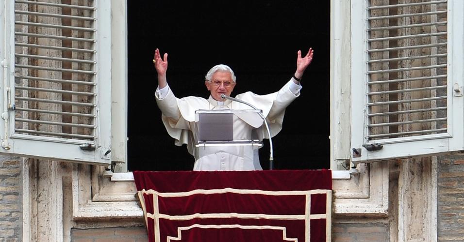 O papa Bento 16 na janela de seus apartamentos no Vaticano neste domingo (15)