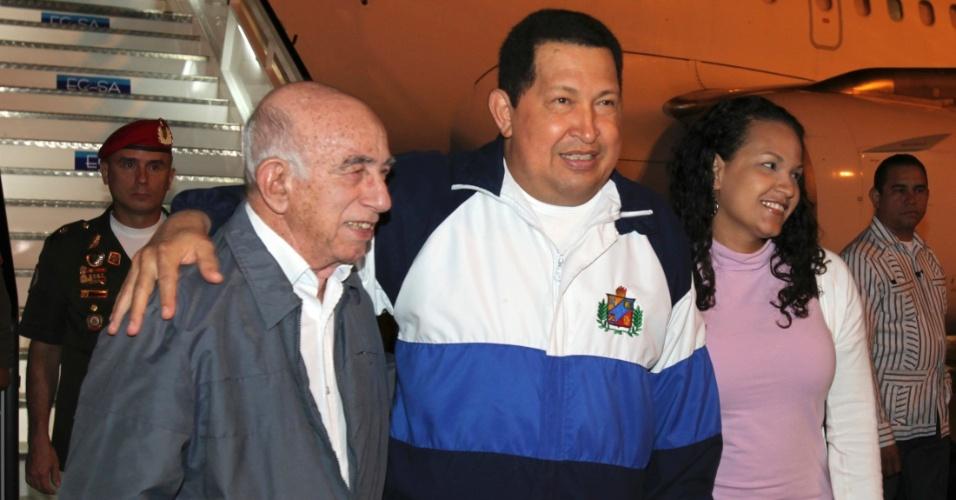 O president da Venezuela, Hugo Chávez (centro), e sua filha Rosa Virginia são recebidos pelo primeiro vice-presidente cubano José Machado Ventura no aeroporto de Havana.