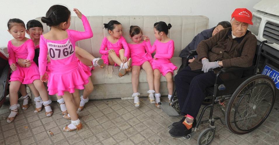 Participantes de campeonato de dança em Hefei, na província chinesa de Anhui. A competição recebeu inscrições de mais de 1.600 pessoas entre 6 e 15 anos, segundo a imprensa local
