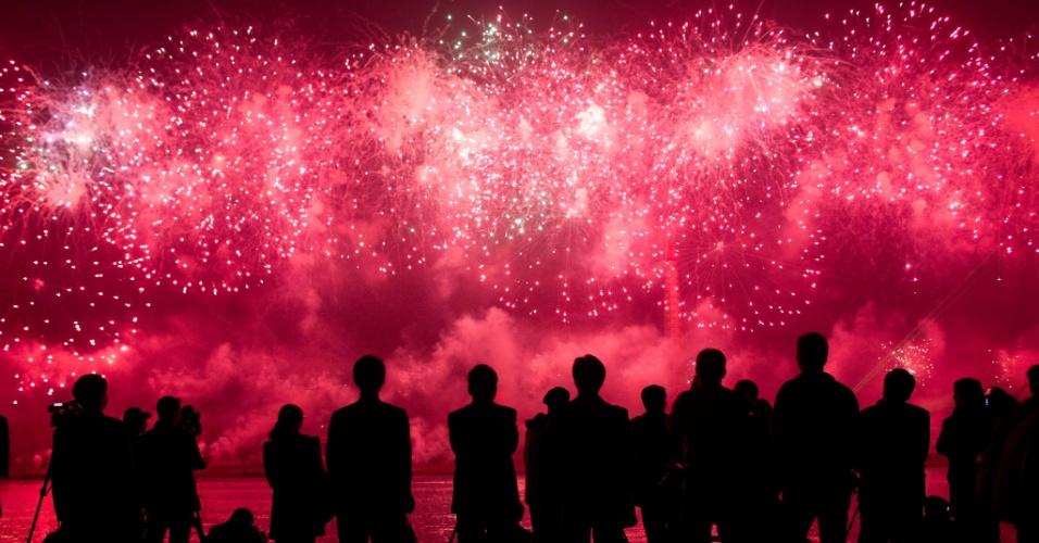 Pessoas assistem a queima de fogos na comemoração dos cem anos do nascimento do fundador da Coreia do Norte, Kim Il-Sung, em Pyongyang neste domingo (15)