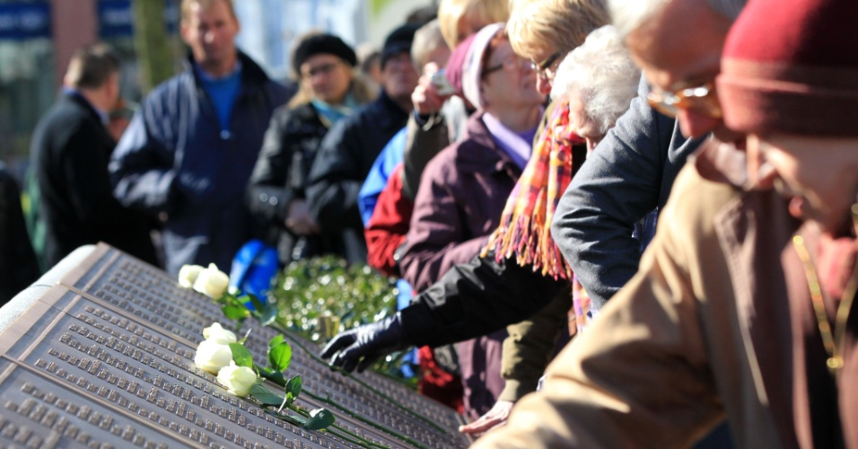 Público observa placa com o nome das mais de 1.500 pessoas que morreram no naufrágio do Titanic, durante as comemorações dos cem anos do desastre, em Belfast, na Irlanda do Norte, neste domingo (15)