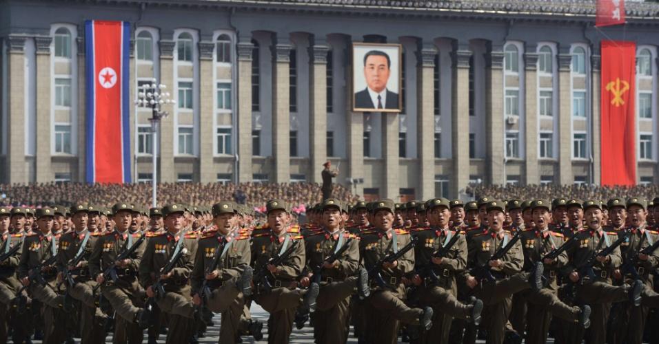 Soldados norte-coreanos marcham durante desfile militar em comemoração ao centenário do fundador do país, Kim Il Sung, avô do atual líder da Coreia do Norte, Kim Jong-un, neste domingo (15), em Pyongyang