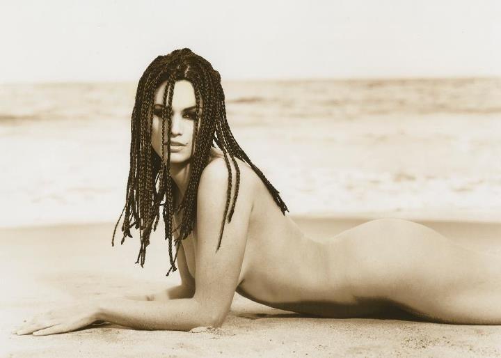 """A modelo Cindy Crawford relembrou um de seus ensaios fotográficos feito em 1993 para revista """"Rolling Stone"""", no qual aparece nua, deitada na areia. O ensaio foi inspirado no filme """"Mulher Nota 10"""" (1979), estrelado pela atriz Bo Derek (16/4/12)"""