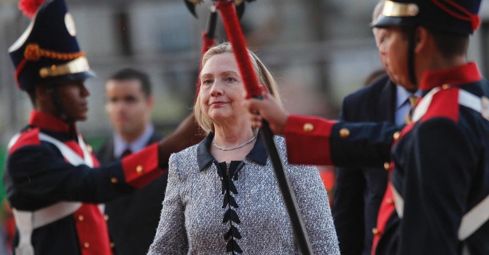 A secretária de Estado norte-americana, Hillary Clinton, caminha em direção ao Palácio do Itamaraty, em Brasília, onde se encontrou com o ministro de Relações Exteriores, Antonio Patriota