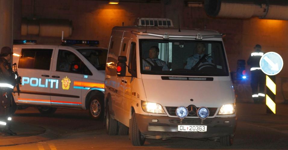 Anders Behring Breivik chega à corte em Oslo, na Noruega, para o início de seu julgamento