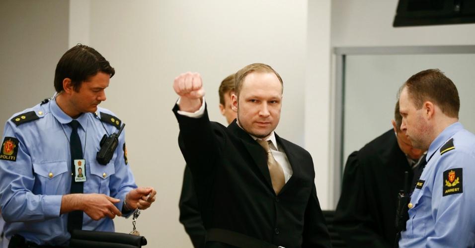 Anders Behring Breivik levanta o punho ao chegar à corte para o primeiro dia de julgamento em Oslo, na Noruega