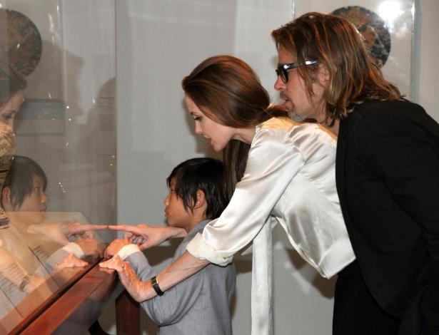 Angelina Jolie aparece em público com anel de noivado feito pelo designer Robert Procop - Grosby Group