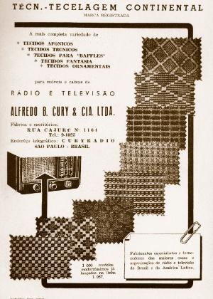 Anúncio de tecidos para rádios e televisões, em revista de maio de 1957. Os modelos antigos desses eletrônicos ficavam em grandes caixas forradas, que pareciam armários.