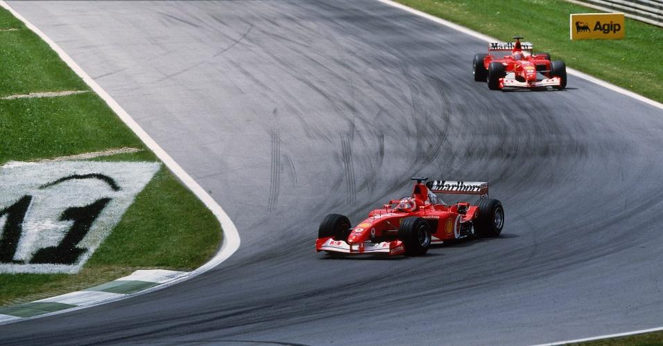 Após liderar boa parte da prova, Rubens Barrichello recebeu ordens da Ferrari para deixar Michael Schumacher passá-lo nos metros finais do GP da Áustria de 2002