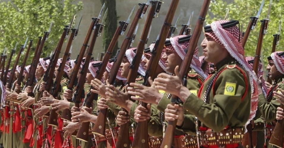Beduínos da guarda de honra saúdam o presidente da Ucrânia, Viktor Yanukovich, em sua chegada ao palácio real de Amã, capital da Jordânia