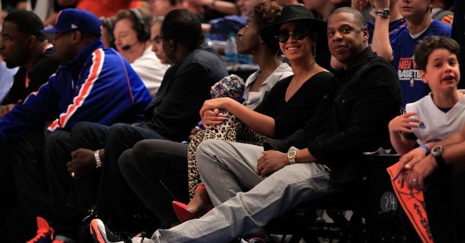 Beyoncé (óculos e chapéu) e Jay-Z acompanharam de perto o show de LeBron James, do Miami Heat, contra o New York Knicks