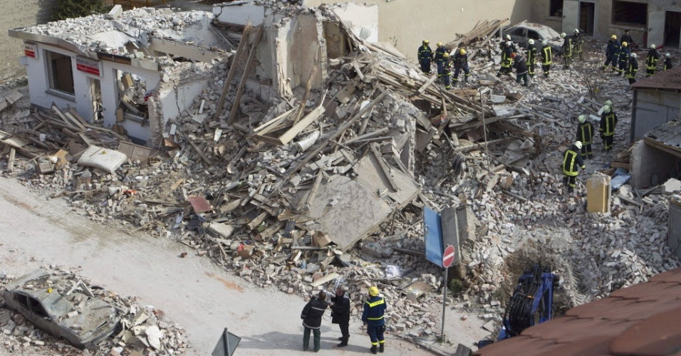 Bombeiros e integrantes da equipe de resgate procuram desaparecidos nos escombros de edifício, após uma explosão na cidade de Zerbst, na Alemanha. Ainda não se sabe o que causou a explosão