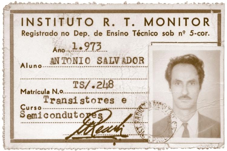 Carteirinha de 1973 de Antonio Salvador, ex-aluno do curso de transistores e semicondutores. Ele recebeu os materiais de um amigo, que provavelmente abandonou o curso