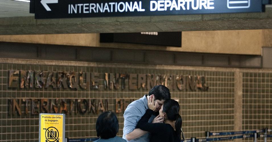 Casal se despede no saguão da Asa D no aeroporto de Cumbica, em Guarulhos (SP)