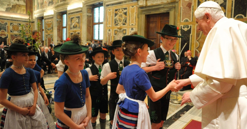 Crianças vestidas com trajes tradicionais bávaros cumprimentam o papa Bento 16 durante as comemorações do 85º aniversário do pontífice na sala Clementina, no Vaticano