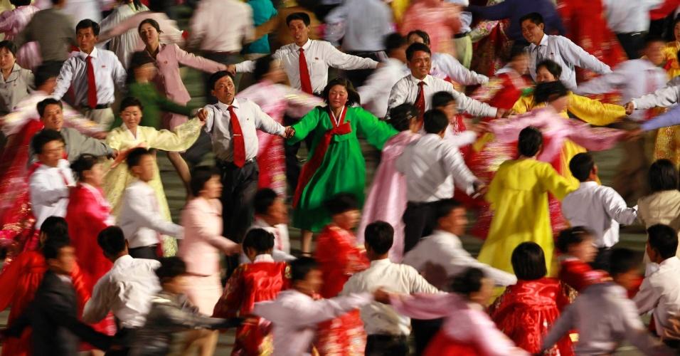 Dançarinos durante uma apresentação de gala em Pyongyang em comemoração do centenário do nascimento de Kim