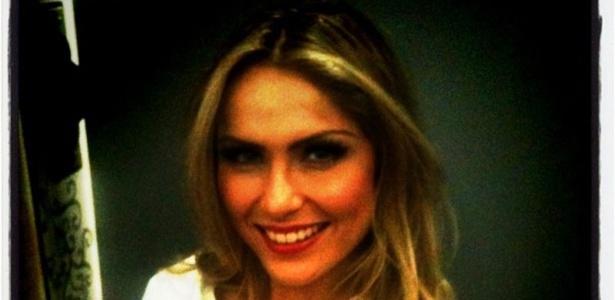 De roupão, ex-BBB Renatinha posa para foto nos bastidores do ensaio fotográfico para a