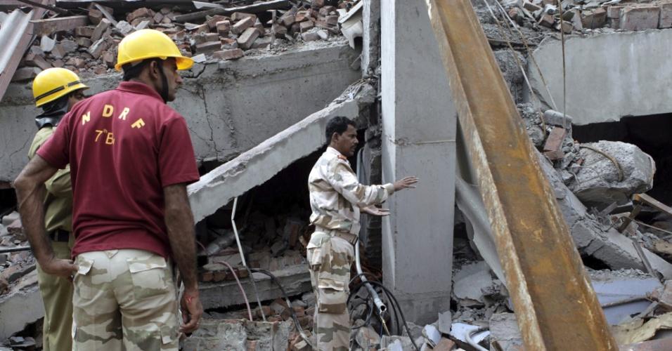 Equipes de resgate buscam vítimas em fábrica de tecidos que desabou em Jallandhar, na Índia