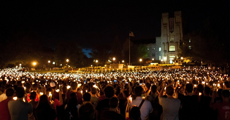 Estudantes e moradores da cidade de Blacksburg, em Virgínia, nos Estados Unidos, seguram velas no campus da Universidade Virginia Tech para lembrar o massacre ocorrido há cinco anos, quando o aluno da universidade Cho Seun-Hui, 23, efetuou dois ataques e matou 32 pessoas antes de se suicidar