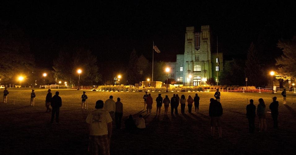 Estudantes se reúnem em vigília na Universidade Virginia Tech, em Blacksburg, nos Estados Unidos, para lembrar o massacre ocorrido há cinco anos, quando um aluno da universidade efetuou dois ataques e matou 32 pessoas, antes de se suicidar
