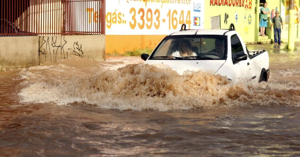 Forte chuva deixou ruas alagadas em Contagem, em Minas Gerais