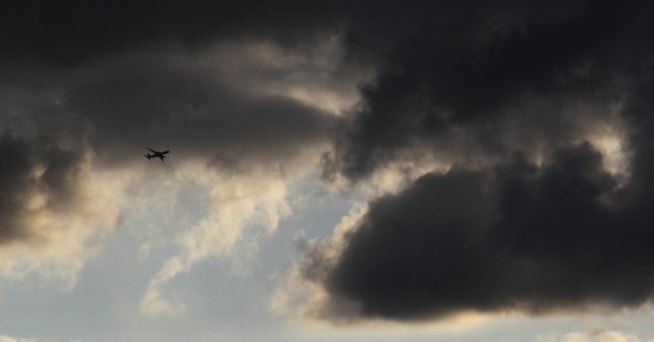 Foto mostra silhueta de avião em meio a nuvens carregadas em Muehlheim, na Alemanha
