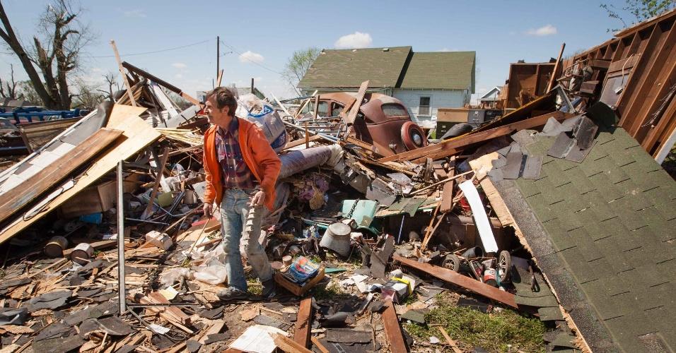 Gary Gladwin caminha sobre escombros de parte de sua casa em Thurman, nos Estados Unidos