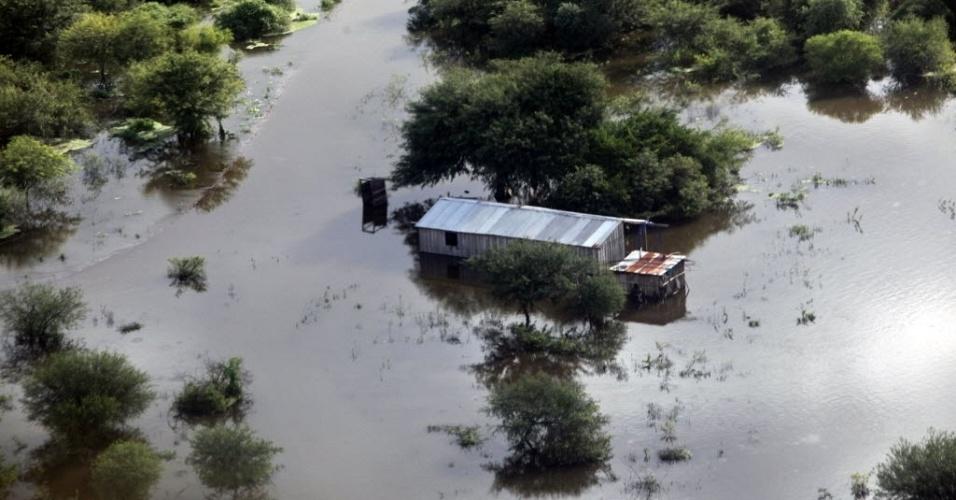 Imagem de domingo (15) mostra vista aérea de área inundada na região de General Diaz, a 475 km de Assunção, capital do Paraguai, na fronteira do país com a Argentina. As autoridades decretaram estado de emergência no sábado (14) no Chaco paraguaio, após a chuva fazer transbordar o rio Pilcomayo, afetando cerca de 5.000 famílias