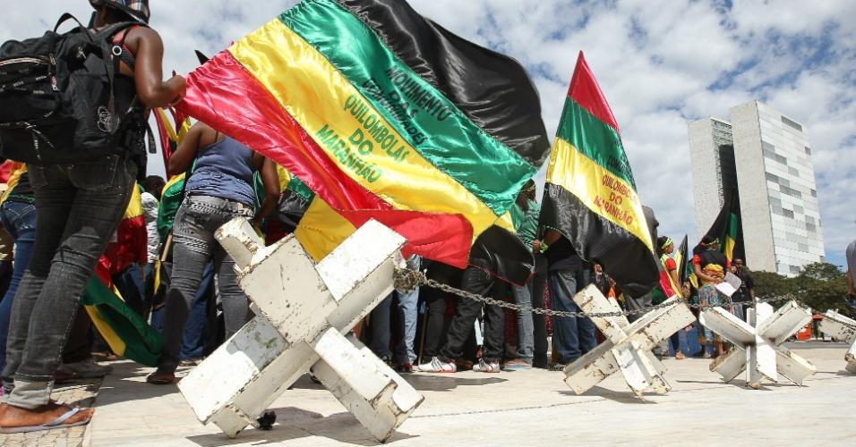 Integrantes do movimento quilombola maranhense tentam pedir audiência com a presidente Dilma Rousseff em frente à rampa do Palácio do Planalto, em Brasília