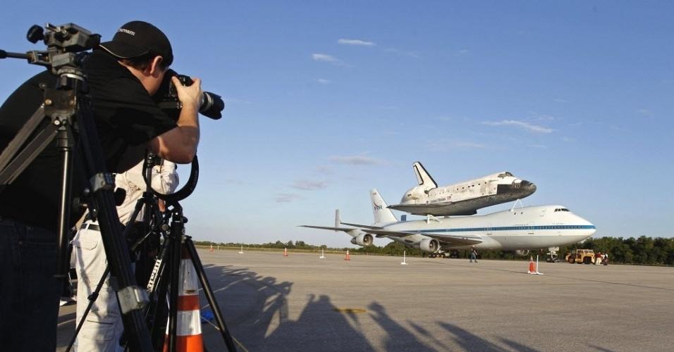 Jornalistas registram imagens do ônibus espacial Discovery, acoplado a um avião 747 modificado da Nasa, no Kennedy Space Center em Cabo Canaveral, Flórida (EUA)