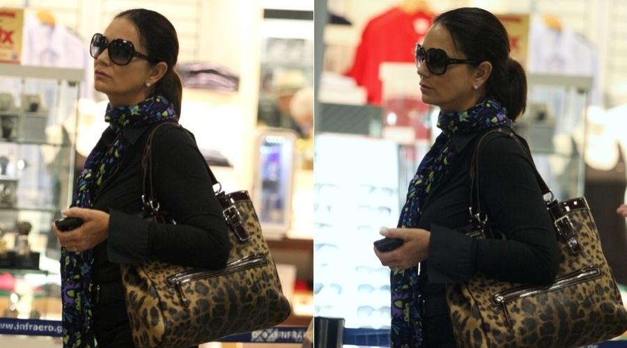 Luiza Brunet circula pelo aeroporto Santos Dumont, centro do Rio (16/4/2012)