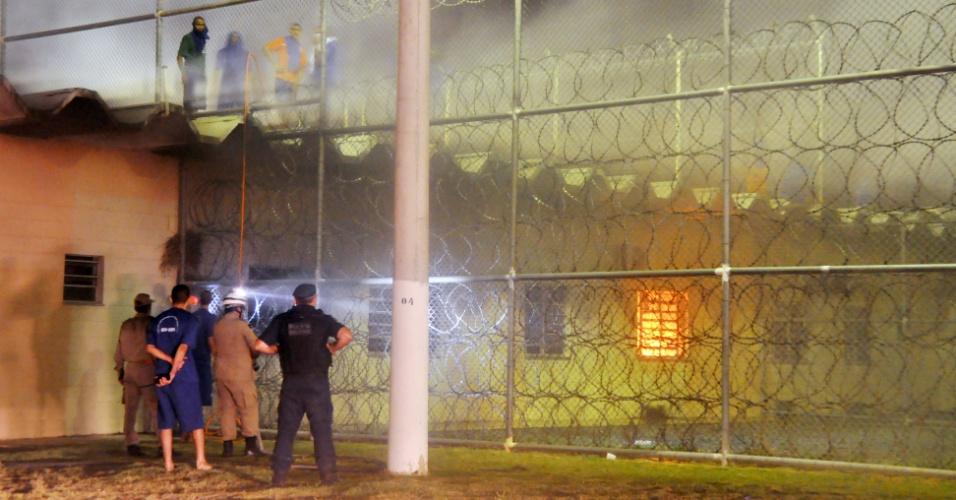 Mais de 400 presos mantêm 120 reféns em presídio de Aracaju