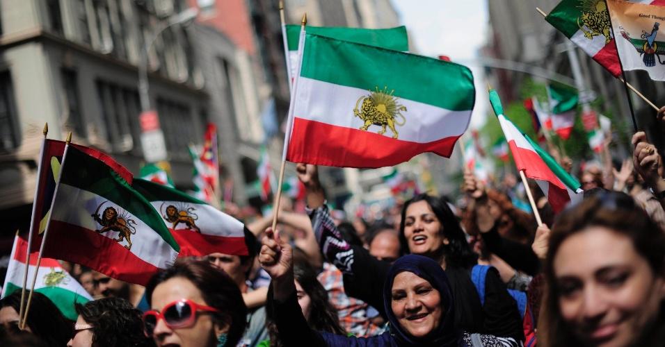 Manifestantes carregam bandeiras pré-Revolução Islâmica do Irã, durante a Parada do Dia Persa em Nova York