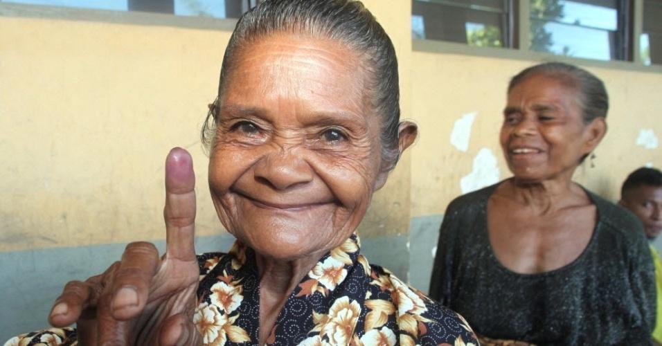 Mulher mostra o dedo marcado após votar em Díli, capital do Timor Leste. Mais da metade dos 1,1 milhão de habitantes do país elegem nesta segunda-feira (16) o novo presidente da nação, uma ex-colônia portuguesa tornada independente em 1999
