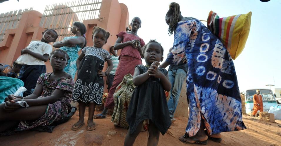 Mulher tenta embarcar em ônibus em Bissau, capital da Guiné-Bissau, para tentar deixar o país