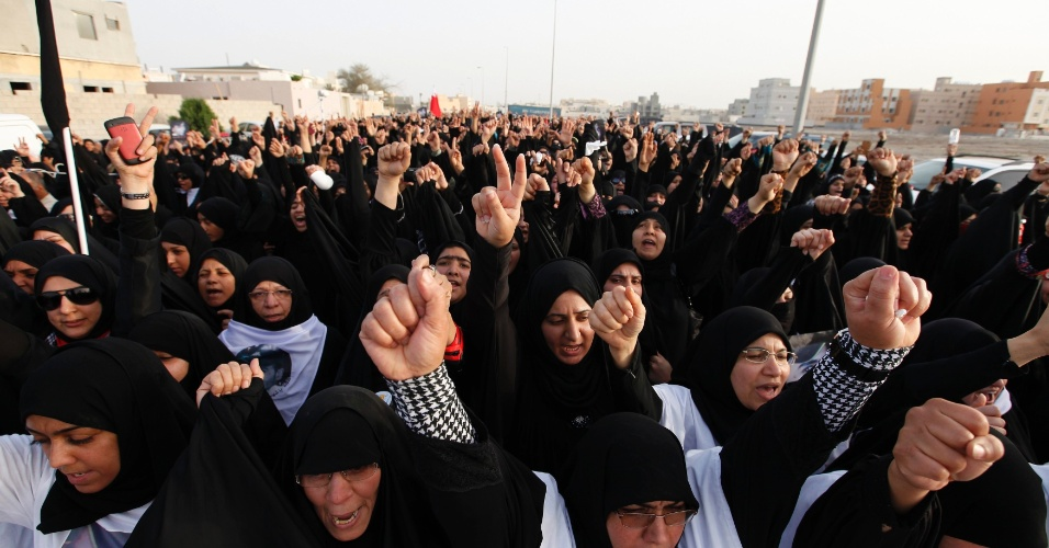 Mulheres protestam em Manama, no Bahrein, contra a morte de Ismael Abdulsamad por um tiro disparado de um carro em movimento, há duas semanas, durante uma manifestação contrária à realização do GP de Fórmula 1 no país