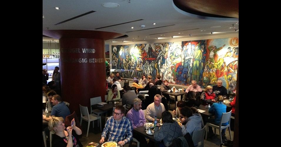 Mural de Ronald Paris, ?Em Louvor ao Comunismo?, de 1969, decora parede do restaurante que hoje em dia atrai muitos turistas -- o local fica onde antes funcionava outro estabelecimento gastronômico, ponto de encontro de líderes comunistas