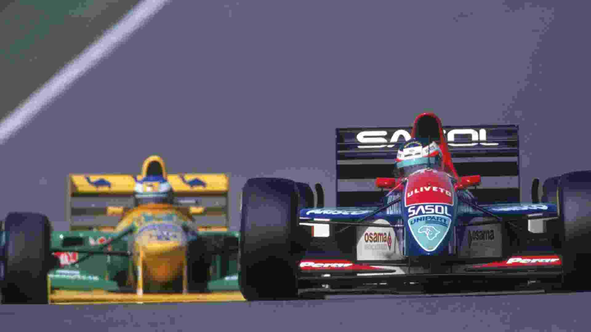 Na Jordan, Rubens Barrichello (à direita) vinha em terceiro no Grande Prêmio da Europa de 1993 quando sofreu problemas mecânicos faltando seis voltas para o fim. Seria seu primeiro pódio na F-1 - Pascal Rondeau/Getty Images