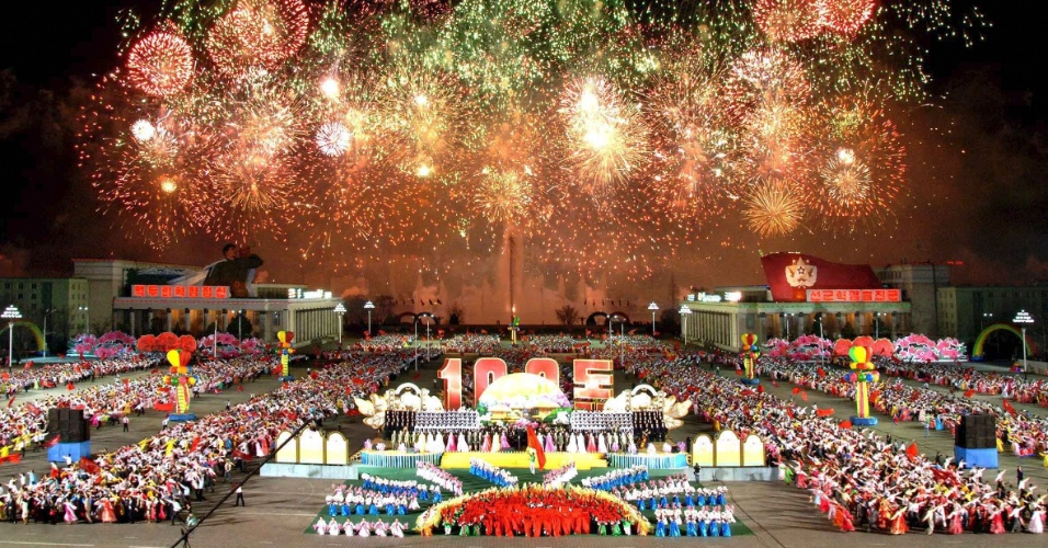 Norte-coreanos dançam durante um evento na praça central de Pyongyang, em celebração ao centenário do nascimento do fundador do regime comunista Kim Il-sung