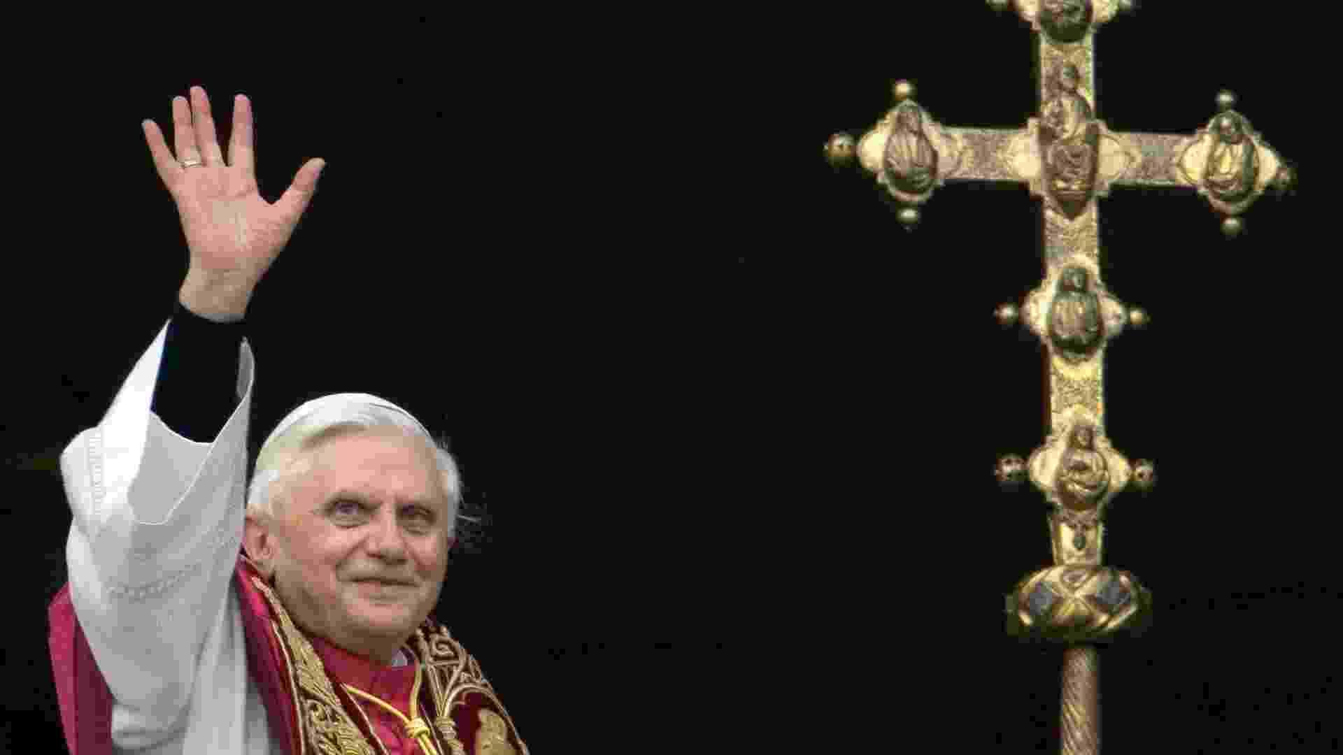 O alemão Joseph Ratzinger, agora conhecido como Bento 16, acena para multidão a partir da janela da varanda principal da Basílica de São Pedro, no Vaticano, depois de ser eleito o 265º papa da Igreja Católica Romana - AFP