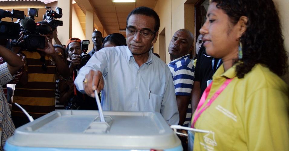 O candidato à presidência do Timor Leste Francisco ?Lu Olo? Guterres deposita seu voto na urna durante o segundo turno das eleições presidenciais, em Dili