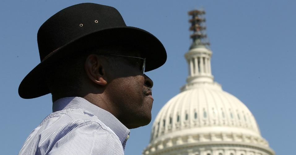 """O ex-pré-candidato republicano Herman Cain participa de evento em frente ao Capitólio, em Washington, de promoção do plano tributário de se sua autoria batizado de """"999"""""""