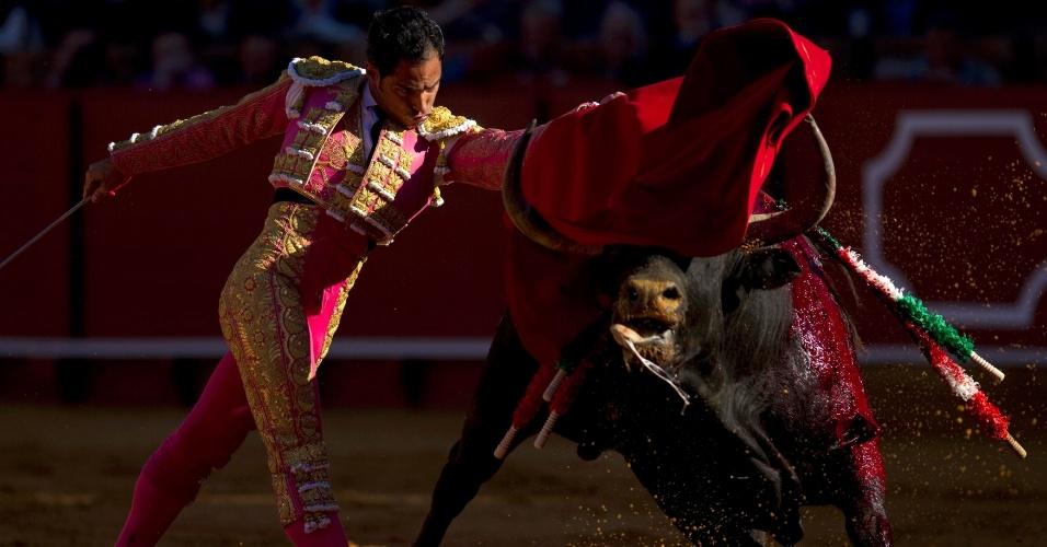 O toureador Luis Bolívar participa de tourada em Sevilha, na Espanha