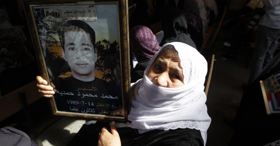 Palestina segura retrato de filho encarcerado, durante protesto que pede a liberação de prisioneiros palestinos em prisões israelenses no escritório da Cruz Vermelha em Gaza