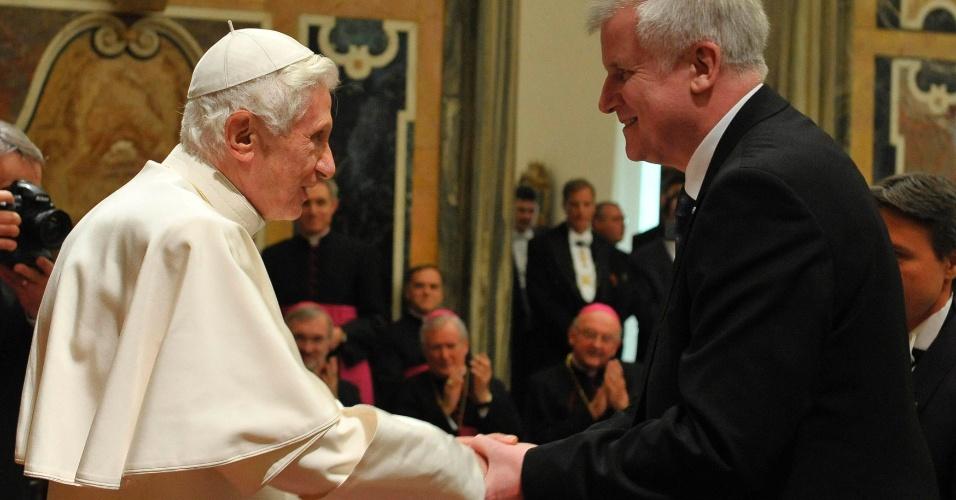 Papa Bento 16 é cumprimentado pelo primeiro-ministro da Baviera, Horst Seehofer, durante as comemorações do 85º aniversário do pontífice