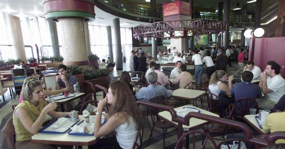 Passageiros são vistos na lanchonete do aeroporto de Congonhas, em São Paulo