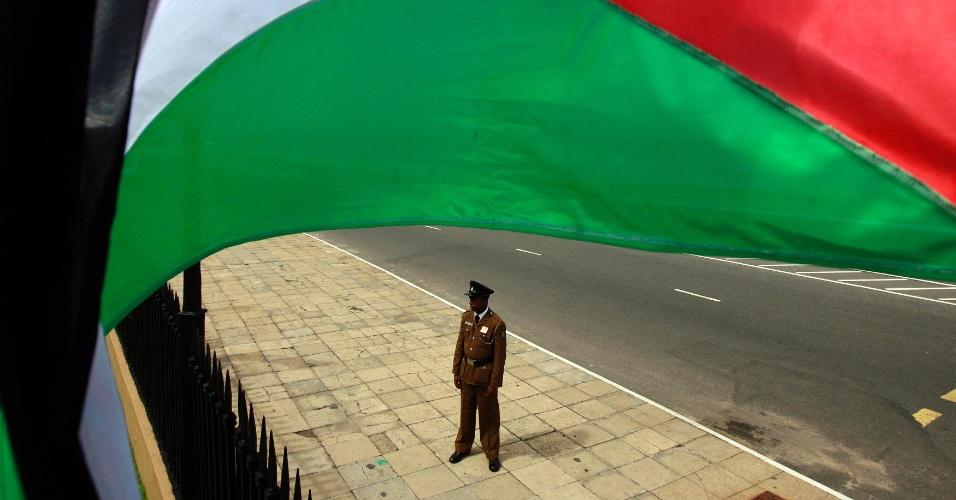 Policial monta guarda em frente à Secretaria da Presidência momentos antes da chegada do presidente palestino, Mahmoud Abbas, para  enconstro com o presidente do Sri Lanka, Mahinda Rajapaksa, na capital cingalesa, Colombo